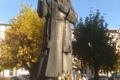 Figura O. Honorata na placu miejskim