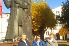 Siostry w Nowym Mieście przy figurze Błogosławionego.