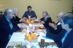 Radość wspólnotowego spotkania przy stole