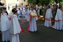 Dzieci uświetniają procesję