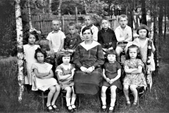 s. Z. Krasuska z dziećmi w Józefowie